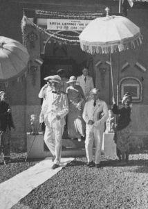 Generaal B.C. de Jonge tijdens een bezoek aan de lontar bibliotheek van de stichting Kirtya Liefrinck Van der Tuuk in Singaradja.